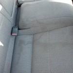 Замърсени задни седалки на кола